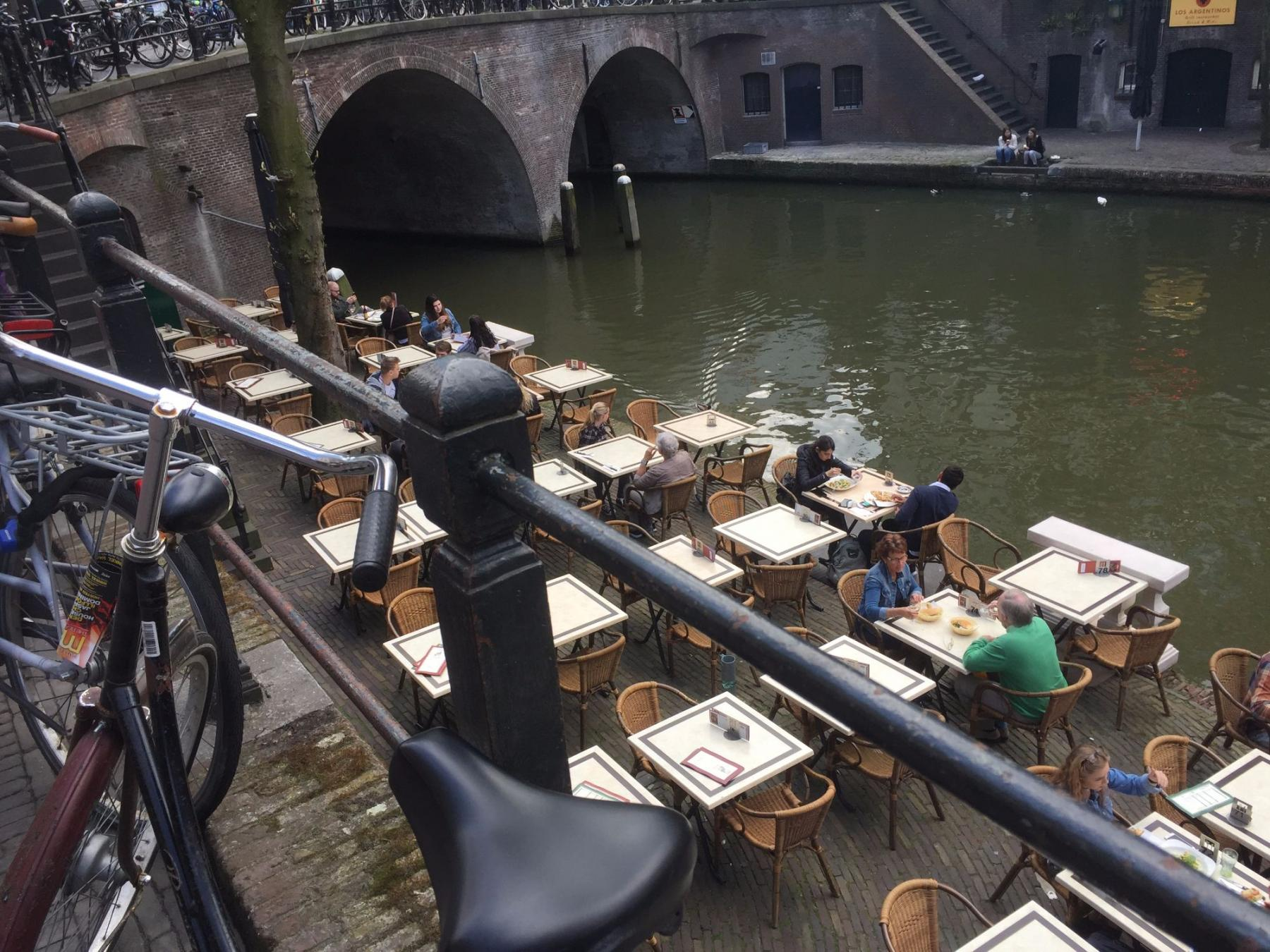 Canalbuilding tables and chairs outside