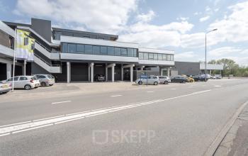 Voorkant kantoorgebouw Utrecht lage weide vlakbij snelweg goed te bereiken