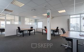 kantoorkamer kantoorruimte meerdere personen ingericht met vergaderruimte