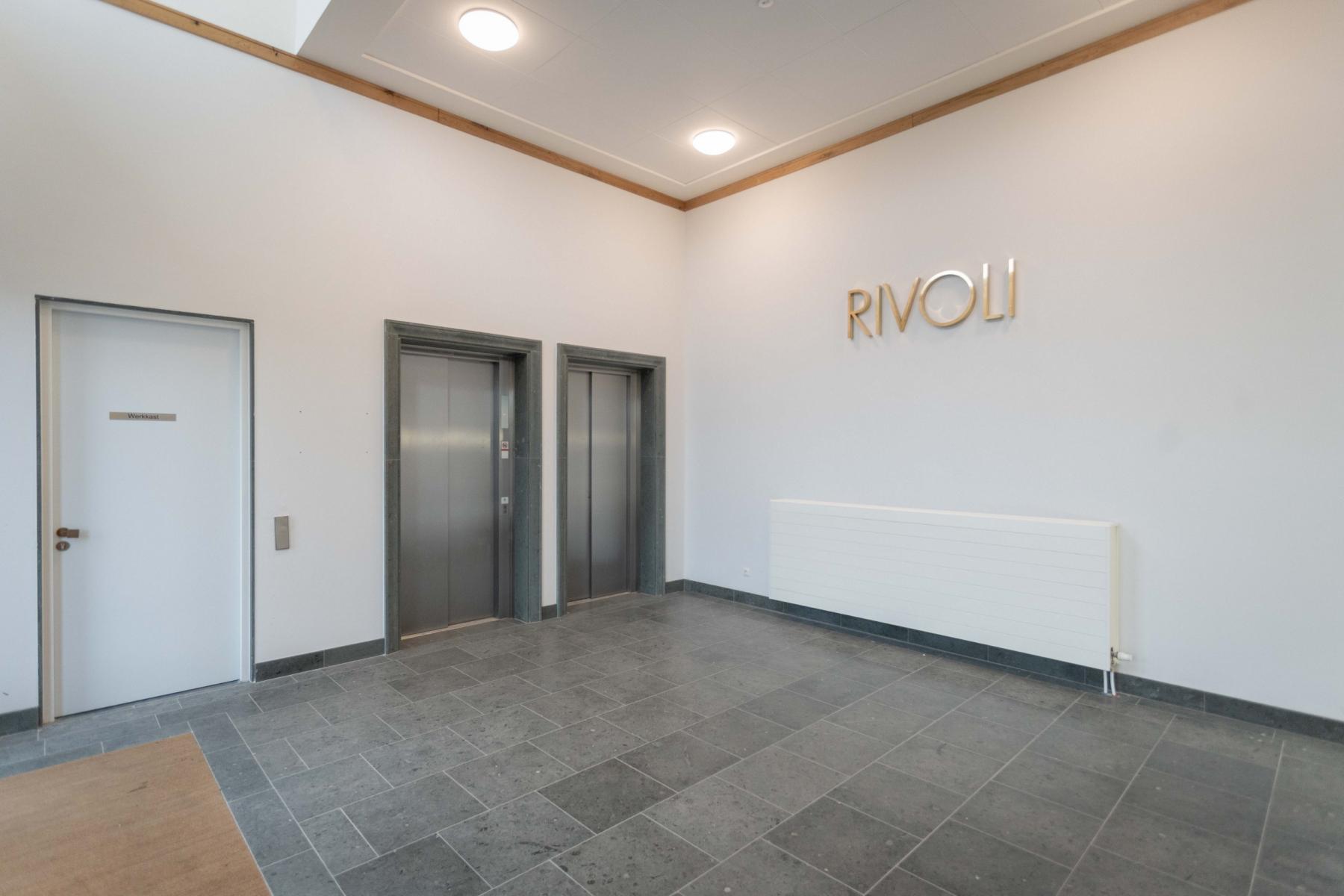 ingang kantoorruimte kantoorpand lift trappenhuis