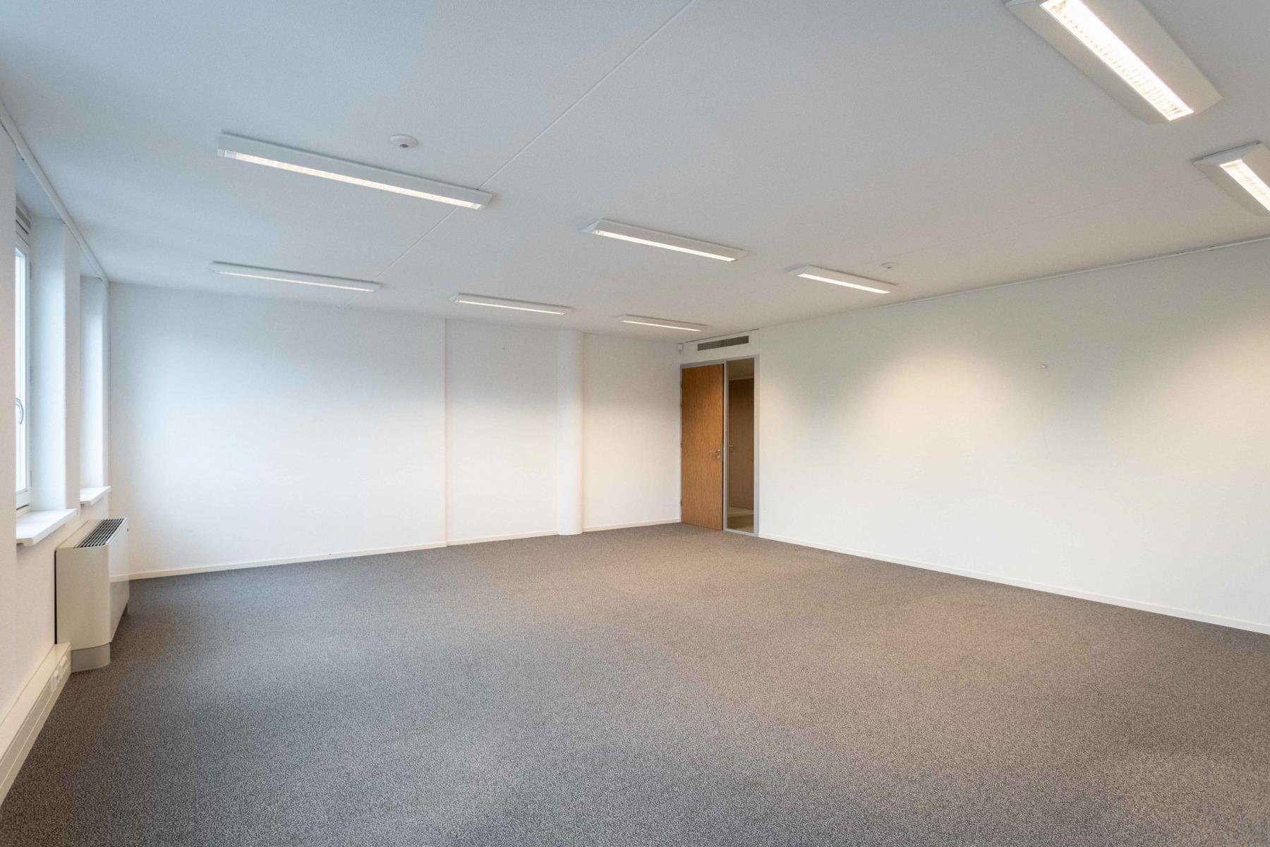 zelf in te richten kantoorruimte modern strak netjes