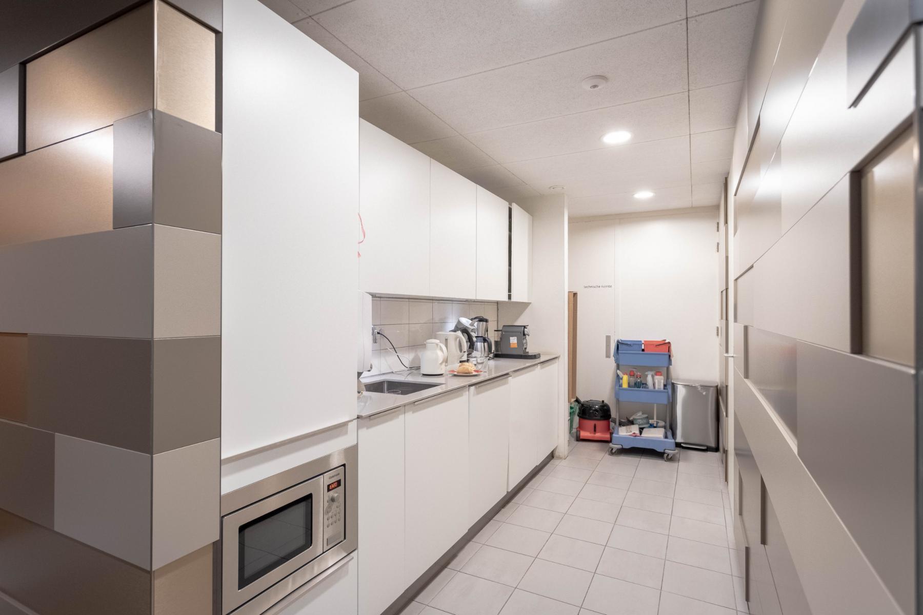 Ruim keukenblok oven koelkast Utrecht kantoor
