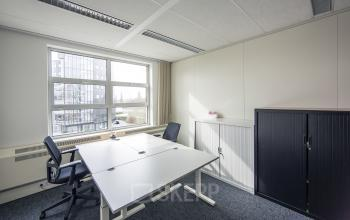 eigen afgesloten kantoorkamer huren kast meubilair raam uitzicht kantoorpand utrecht