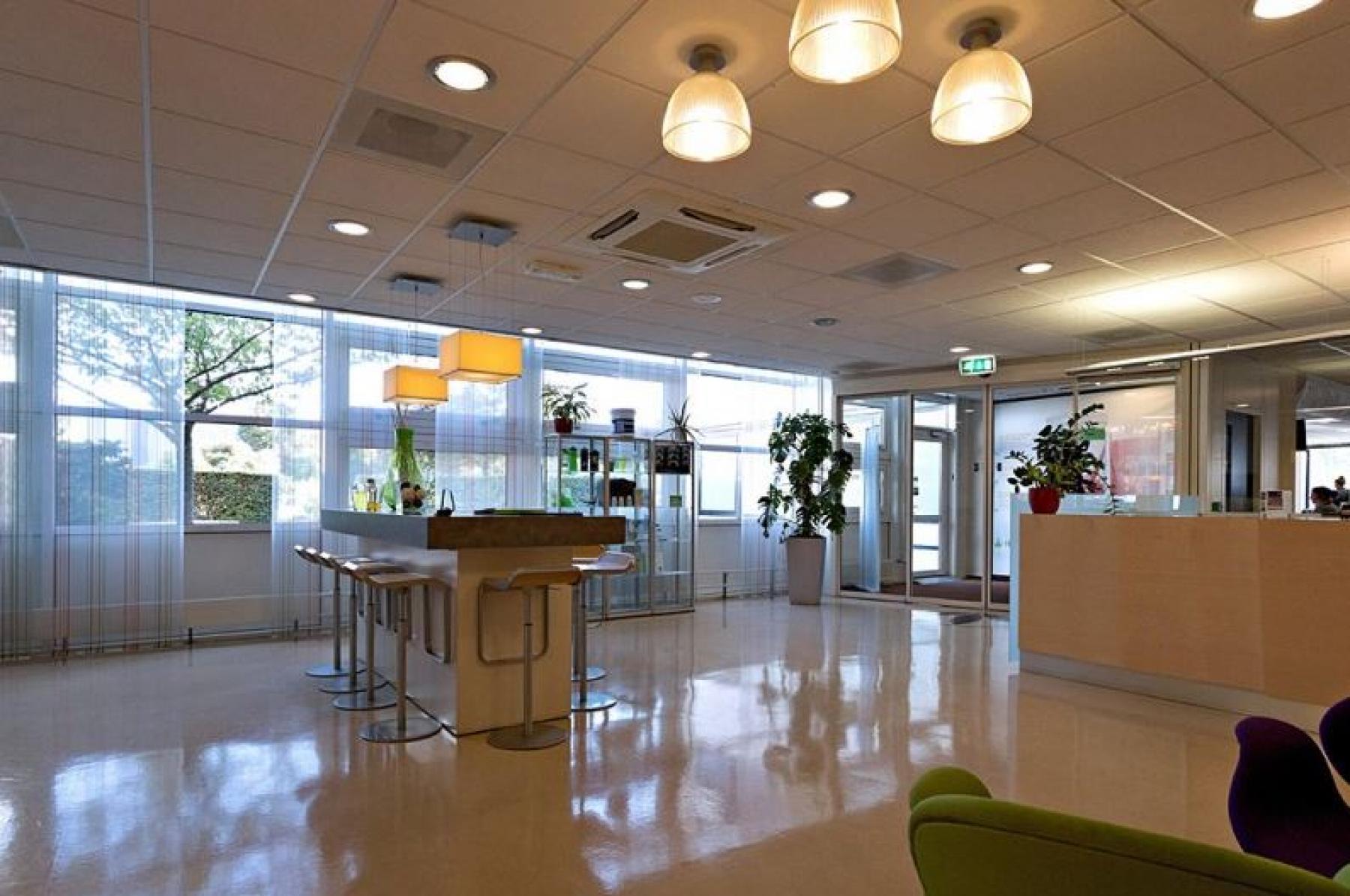 gemeenschappelijke ruimte receptiebalie lunchtafel tafel barkrukken loungeplekken utrecht kantoorgebouw