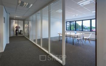 ingerichte kantoorruimte utrecht beglazing transparant tafel stoelen gang