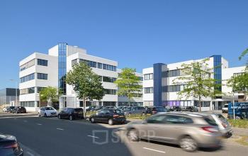 central business park utrecht kantoorgebouw kobaltweg parkeerplaats verkeer auto's bomen