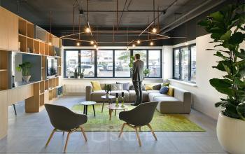 loungeruimte begane grond kantoorgebouw kobalweg utrecht stoelen banken tafels bomen ramen uitzicht