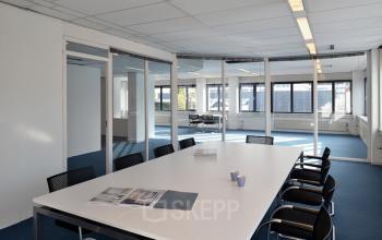 vergaderzaal tafel stoelen ramen beglazing transparantie kantoorgebouw utrecht kobaltweg