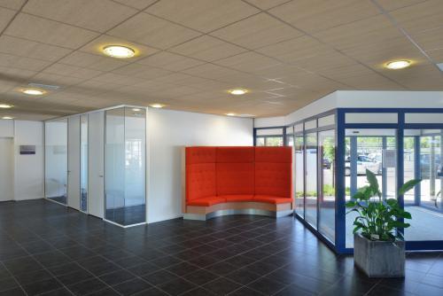 De entree van het kantoorgebouw