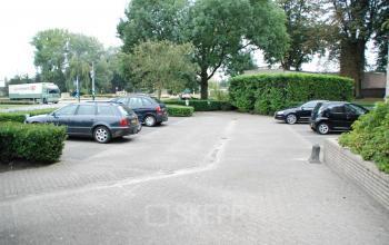 parkeerruimte aanwezig auto's kantoorgebouw waalwijk
