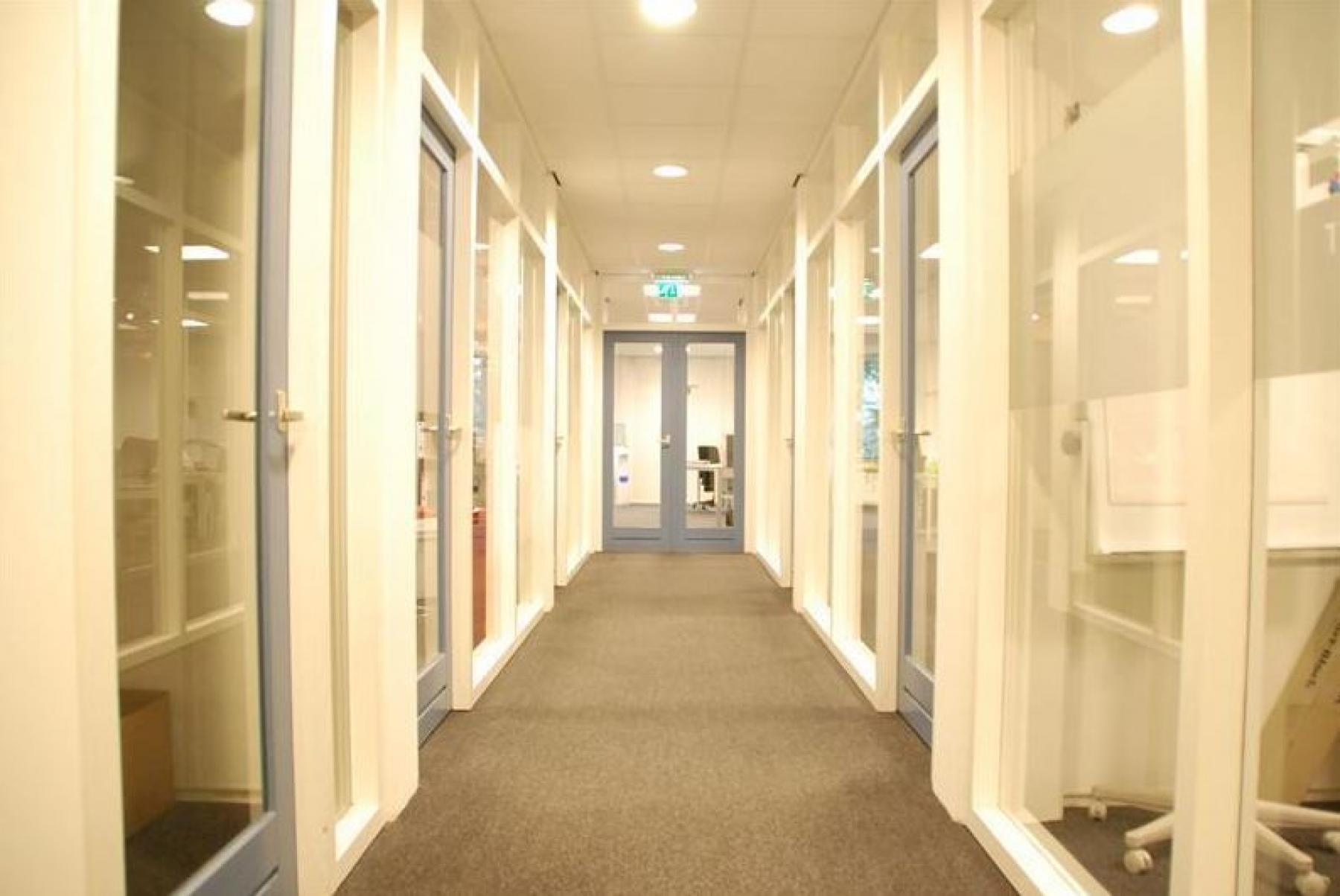 gang deuropeningen deuren kantoorgebouw waalwijk huren kantoorruimte SKEPP