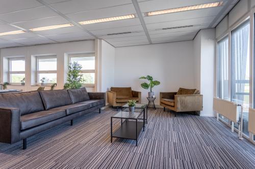 Zoetermeer kantoorpand kantoorgebouw kantoorkamers kantoorruimte keuken gezamelijke lobby
